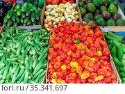 Mini-Paprika, Essiggurken und Erbsen zum Verkauf auf einem Markt. Стоковое фото, фотограф Zoonar.com/elxeneize / easy Fotostock / Фотобанк Лори