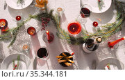christmas dinner party table serving at home. Стоковое видео, видеограф Syda Productions / Фотобанк Лори