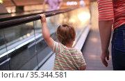 Little boy rises on the escalator. Стоковое видео, видеограф Данил Руденко / Фотобанк Лори