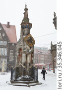 Germany, Bremen - The Roland on the snowy market place in the old part of town. Редакционное фото, агентство Caro Photoagency / Фотобанк Лори