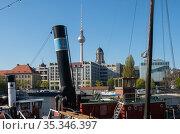 Berlin, Germany - ships in the historical harbor with Alexanderplatz skyline (2019 год). Редакционное фото, агентство Caro Photoagency / Фотобанк Лори