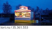 Alleinstehender Pizza Verkaufstand am Abend, Corona Lockdown, Autohof... Стоковое фото, фотограф Zoonar.com/Stefan Ziese / age Fotostock / Фотобанк Лори
