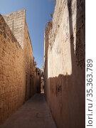 Malta, Rabat. Empty narrow street perspective view (2019 год). Стоковое фото, фотограф EugeneSergeev / Фотобанк Лори