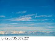Blauer idyllischer Wolkenhimmel mit weißen Wolken am Himmel. Стоковое фото, фотограф Zoonar.com/Robert Kneschke / age Fotostock / Фотобанк Лори