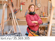 Junge Frau macht Handwerker Ausbildung zum Schreiner in Tischlerei... Стоковое фото, фотограф Zoonar.com/Robert Kneschke / age Fotostock / Фотобанк Лори