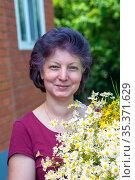 Портрет женщины средних лет с букетом полевых цветов. Стоковое фото, фотограф Зобков Георгий / Фотобанк Лори