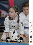 Соревнования по карате, девочка отдыхает. Редакционное фото, фотограф Дмитрий Неумоин / Фотобанк Лори