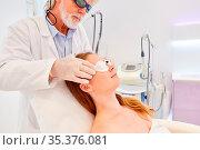 Hautarzt und Patientin bei der Vorbereitung auf eine Lasertherapie... Стоковое фото, фотограф Zoonar.com/Robert Kneschke / age Fotostock / Фотобанк Лори