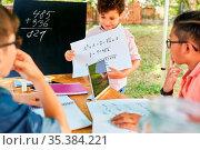 Kinder rechnen zusammen im Nachhilfe Unterricht im Ferienkurs der... Стоковое фото, фотограф Zoonar.com/Robert Kneschke / age Fotostock / Фотобанк Лори