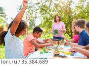 Kinder haben Spaß beim zeichnen und malen im kreativen Bastelkurs... Стоковое фото, фотограф Zoonar.com/Robert Kneschke / age Fotostock / Фотобанк Лори