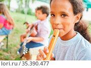 Mädchen lernt Flöte spielen mit Freunden im Musikunterricht im Sommercamp... Стоковое фото, фотограф Zoonar.com/Robert Kneschke / age Fotostock / Фотобанк Лори