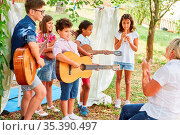 Kinder Gruppe macht Musik mit Gitarren und Flöte bei der Talentshow... Стоковое фото, фотограф Zoonar.com/Robert Kneschke / age Fotostock / Фотобанк Лори