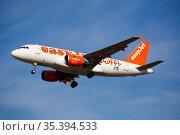 Airplane EasyJet airline lands on the runway in an aeroport El Prat city of Barcelona (2020 год). Редакционное фото, фотограф Яков Филимонов / Фотобанк Лори