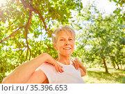 Vitale Senior Frau macht eine Atemübung im Sommer in der Natur für... Стоковое фото, фотограф Zoonar.com/Robert Kneschke / age Fotostock / Фотобанк Лори