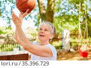 Senior Frau als sportlicher und vitaler Rentner beim Basketball spielen... Стоковое фото, фотограф Zoonar.com/Robert Kneschke / age Fotostock / Фотобанк Лори