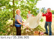 Senioren Gruppe mit Decke bei der Vorbereitung für ein Picknick im... Стоковое фото, фотограф Zoonar.com/Robert Kneschke / age Fotostock / Фотобанк Лори