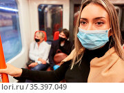 Maskenpflicht für Passagiere im ÖPNV in Bus und Bahn wegen Covid-... Стоковое фото, фотограф Zoonar.com/Robert Kneschke / age Fotostock / Фотобанк Лори
