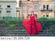 Девушка в красном платье на бежит по ступеням дворца. Стоковое фото, фотограф Литвяк Игорь / Фотобанк Лори