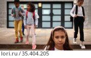 Portrait of preteen schoolchildren of different nationalities with backpacks outdoors on their way to college in warm autumn day. Back to school concept. Стоковое видео, видеограф Яков Филимонов / Фотобанк Лори