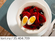 Platter with stewed peppers and half boiled egg. Стоковое фото, фотограф Яков Филимонов / Фотобанк Лори