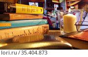Вечер у камина с книгой. Редакционное видео, видеограф Виктор Топорков / Фотобанк Лори