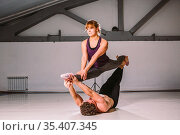 Yogi couple practice. Couple young sporty peoplepracticing acrobatic... Стоковое фото, фотограф Zoonar.com/www.fotoliza.com.ua / easy Fotostock / Фотобанк Лори