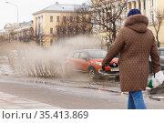 Брызги от проезжающего по луже автомобиля (2019 год). Редакционное фото, фотограф Евгений Кашпирев / Фотобанк Лори