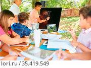 Kinder lernen rechnen an der Kreidetafel im Mathematik Nachhilfe ... Стоковое фото, фотограф Zoonar.com/Robert Kneschke / age Fotostock / Фотобанк Лори
