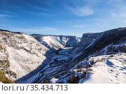 Russia, Altai Republic. View from the Katu-Yaryk pass to the Chulyshmansky canyon with the Chulyshman river in winter. Стоковое фото, фотограф Наталья Волкова / Фотобанк Лори