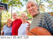 Vitale Senioren Gruppe als sportliche Rentner Mannschaft beim Basketball... Стоковое фото, фотограф Zoonar.com/Robert Kneschke / age Fotostock / Фотобанк Лори