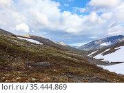 A mountain pass with lot of snow in northern mountains. Khibins range, Kola peninsula, Russia. Стоковое фото, фотограф Кекяляйнен Андрей / Фотобанк Лори