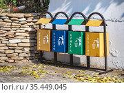 Металлические разноцветные мусорные контейнеры для раздельного сбора мусора на пляже в Лоо, Сочи. Стоковое фото, фотограф Владимир Сергеев / Фотобанк Лори