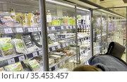 Young woman at the supermarket. Редакционное видео, видеограф Данил Руденко / Фотобанк Лори