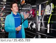Man choosing new tennis rocket. Стоковое фото, фотограф Яков Филимонов / Фотобанк Лори