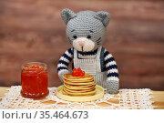 Игрушки. Кот ест блины с красной икрой. Стоковое фото, фотограф Dmitry29 / Фотобанк Лори