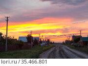 Village with gravel road and setting sun, Russian settlement. Стоковое фото, фотограф Кекяляйнен Андрей / Фотобанк Лори