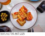 Traditional Spanish toasted bread with tomato with olive oil. Стоковое фото, фотограф Яков Филимонов / Фотобанк Лори