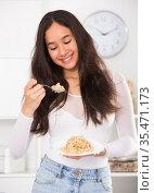 Girl eating useful mixture of cereals. Стоковое фото, фотограф Яков Филимонов / Фотобанк Лори