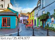 Street with bright colored houses in Kinsale, Ireland. Стоковое фото, фотограф Zoonar.com/Boris Breytman / easy Fotostock / Фотобанк Лори