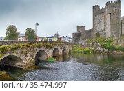 Bridge and castle in Cahir town, Ireland. Стоковое фото, фотограф Zoonar.com/Boris Breytman / easy Fotostock / Фотобанк Лори