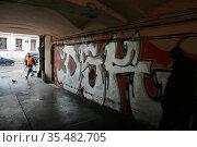 "Граффити на стене арки одного из домов. Санкт-Петербург. 30 января 2013 г. Стоковое фото, агентство ""SPb vedomosti"" / Фотобанк Лори"