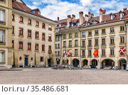 Square with historic houses in Bern downtown, Switzerland. Стоковое фото, фотограф Zoonar.com/Boris Breytman / easy Fotostock / Фотобанк Лори
