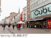 Ordinary people walk the Grosse Strasse, Flensburg (2017 год). Редакционное фото, фотограф EugeneSergeev / Фотобанк Лори