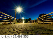 Longexposure night creative starburst lights bridge jena. Стоковое фото, фотограф Zoonar.com/Wolfgang Unger / easy Fotostock / Фотобанк Лори