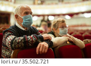 Еlderly couple in protection masks watching a play in theater. Стоковое фото, фотограф Татьяна Яцевич / Фотобанк Лори