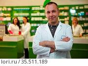 Apotheker steht mit seinem PTA-Team in einer Apotheke. Стоковое фото, фотограф Zoonar.com/Robert Kneschke / age Fotostock / Фотобанк Лори