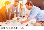 Geschäftsleute entwerfen zusammen Projekt Planung Strategie im Business... Стоковое фото, фотограф Zoonar.com/Robert Kneschke / age Fotostock / Фотобанк Лори