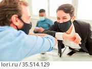Zwei Business Leute begrüßen sich mit dem Ellbogen als Schutz gegen... Стоковое фото, фотограф Zoonar.com/Robert Kneschke / age Fotostock / Фотобанк Лори