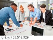 Junges Business Leute bei der Projekt oder Strategie Planung in einem... Стоковое фото, фотограф Zoonar.com/Robert Kneschke / age Fotostock / Фотобанк Лори