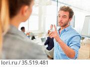 Business Mann als Chef mit erhobenem Zeigefinger ermahnt eine Mitarbeiterin. Стоковое фото, фотограф Zoonar.com/Robert Kneschke / age Fotostock / Фотобанк Лори
